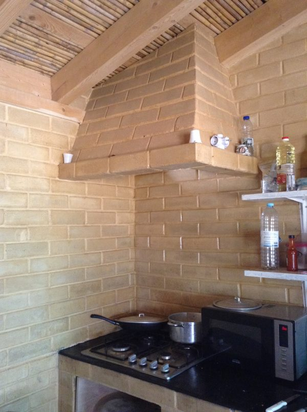 their own earthen brick kitchen, jp bernardino construçôes ecológicas, Cercal, Portugal
